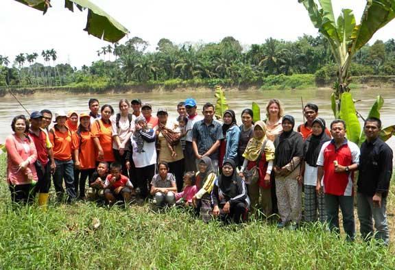 Berfoto bersama kelompok perempuan Rosela dan dan kelompok Tuah Tani di tepi Sungai Wampu.