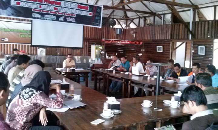 Diskusi radio komunitas untuk akuntabilitas dan transparansi, Penang Corner, Medan (10/4).