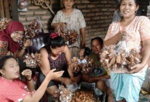 "Kelompok ibu rumah tangga Melati, para pengrajin makanan ringan ""Keripik Gosong"" dari desa Tanjung Harap, Kec. Serbajadi, Serdang Bedagai, Sumut."