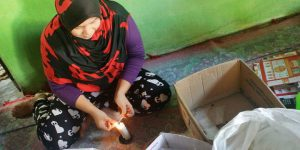Pekerja Rumahan - Suryani (29) warga Tanjung Morawa, Deli Serdang, Sumatera Utara setiap hari bekerja memasukkan sedotan minuman kemasan ke dalam plastik selama sembilan hingga 12 jam per hari di rumahnya. Ia mendapat upah borongan Rp 8.000 untuk satu karung sedotan atau rata-rata sekitar Rp 200.000 per bulan. Hingga kini jutaan pekerja rumahan di tanah air belum terlindungi padahal sesuai UU 13/2003 mereka adalah pekerja yang seharusnya menerima upah layak dan mendapat jaminan social | KOMPAS/AUFRIDA WISMI WARASTRI
