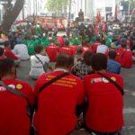 Massa Demo Tolak Omnibus Law di DPRD Sumut, Lalu Lintas Dialihkan